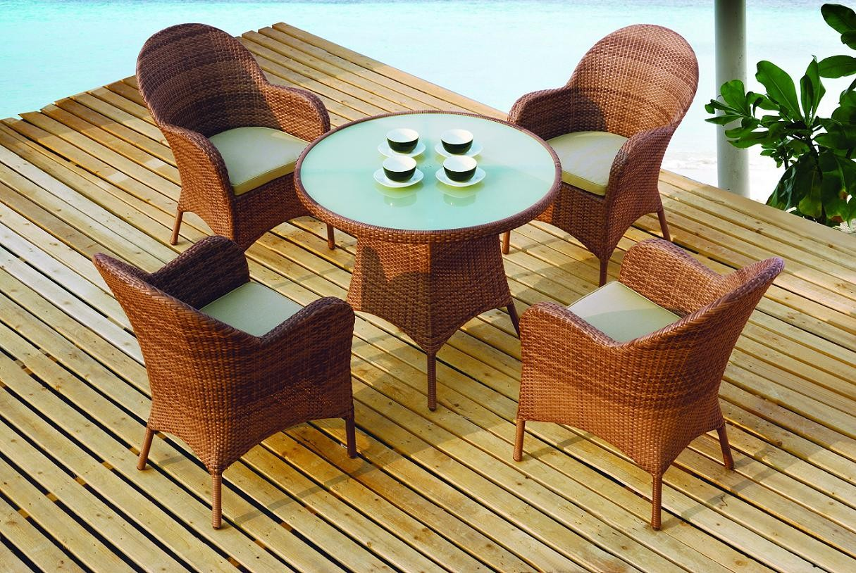 wicker_outdoor_table