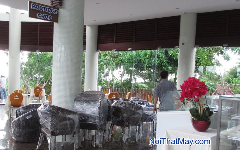 ban-ghe-may-nhua-carmelina-beach-resort