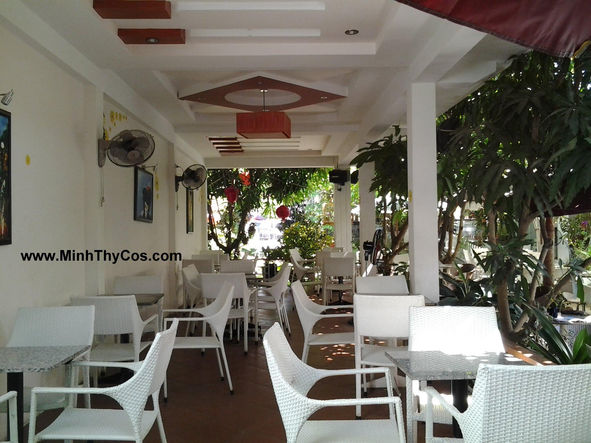 Outdoor wicker dining set cafe Linh Lan Phan Thiet