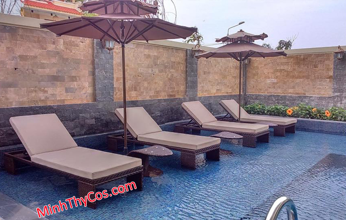 wicker outdoor sun lounge