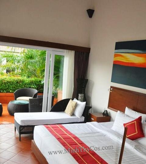 wicker outdoor sun lounge